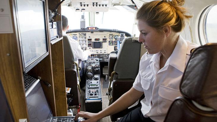 Photographe-navigatrice dans un avion IGN